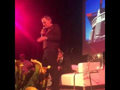 """Roberto Vecchioni canta """"Luci a San Siro"""" davanti a Javier Zanetti"""