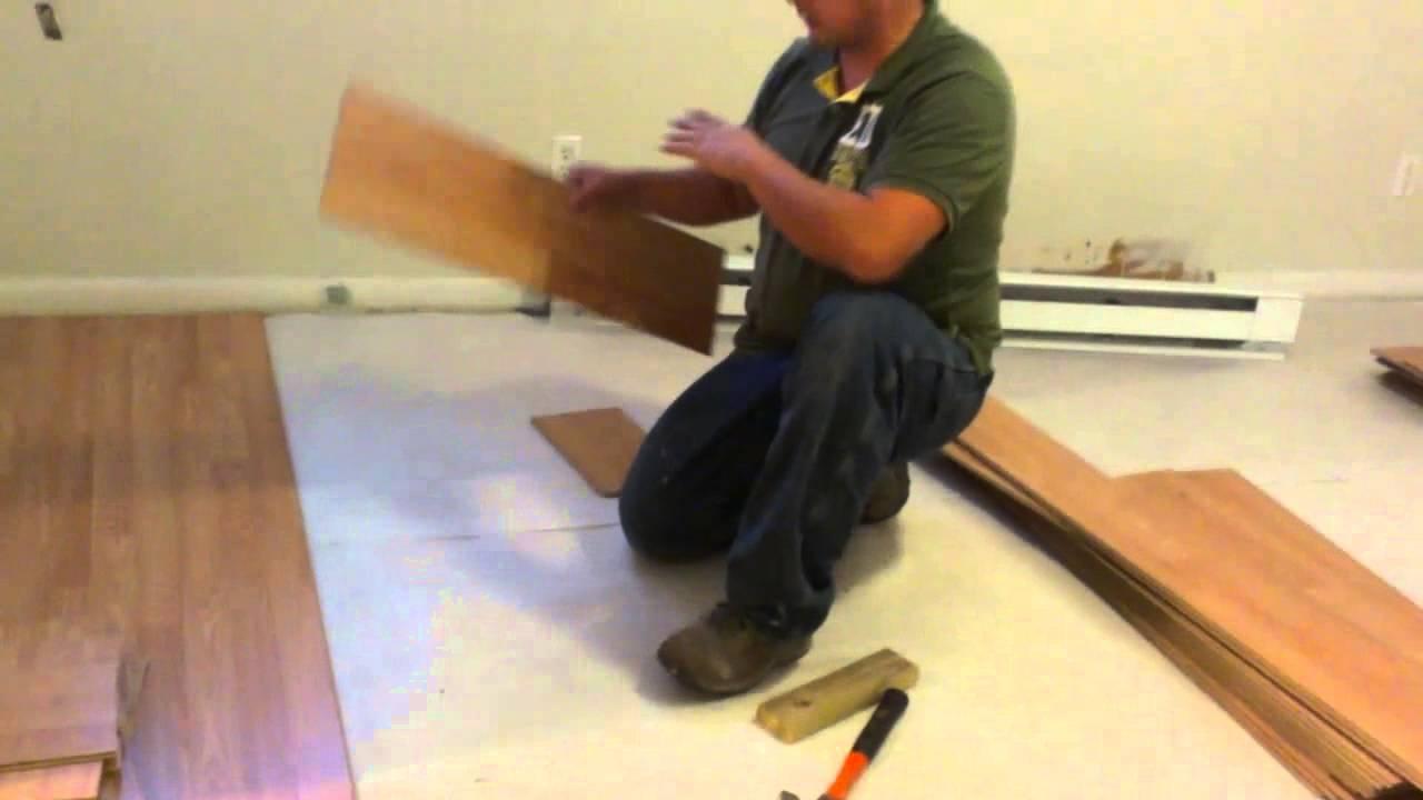 Como instalar pisos laminados en una habitacion youtube for Pisos laminados homecenter