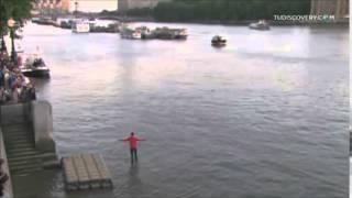 orang berjalan diatas air