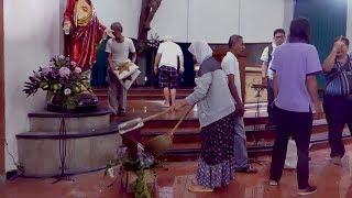 Pasca Penyerangan, Warga Muslim Bersihkan Gereja Santa Lidwina - NET. JATIM
