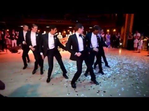 На свадьбу друзья жениха танцуют