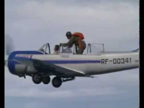 Прыжок парашютиста с Як-52 (parashute jump from Yak-52)