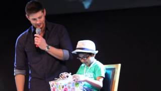 Jensen Ackles and the kid open the present / Jus in Bello 2013