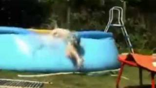 Trampolinsprung ins Pool