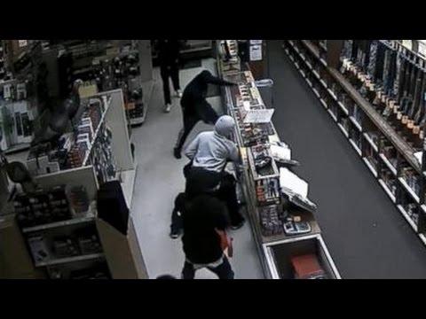 監視カメラが捉えた大胆卑劣なガンショップ窃盗団