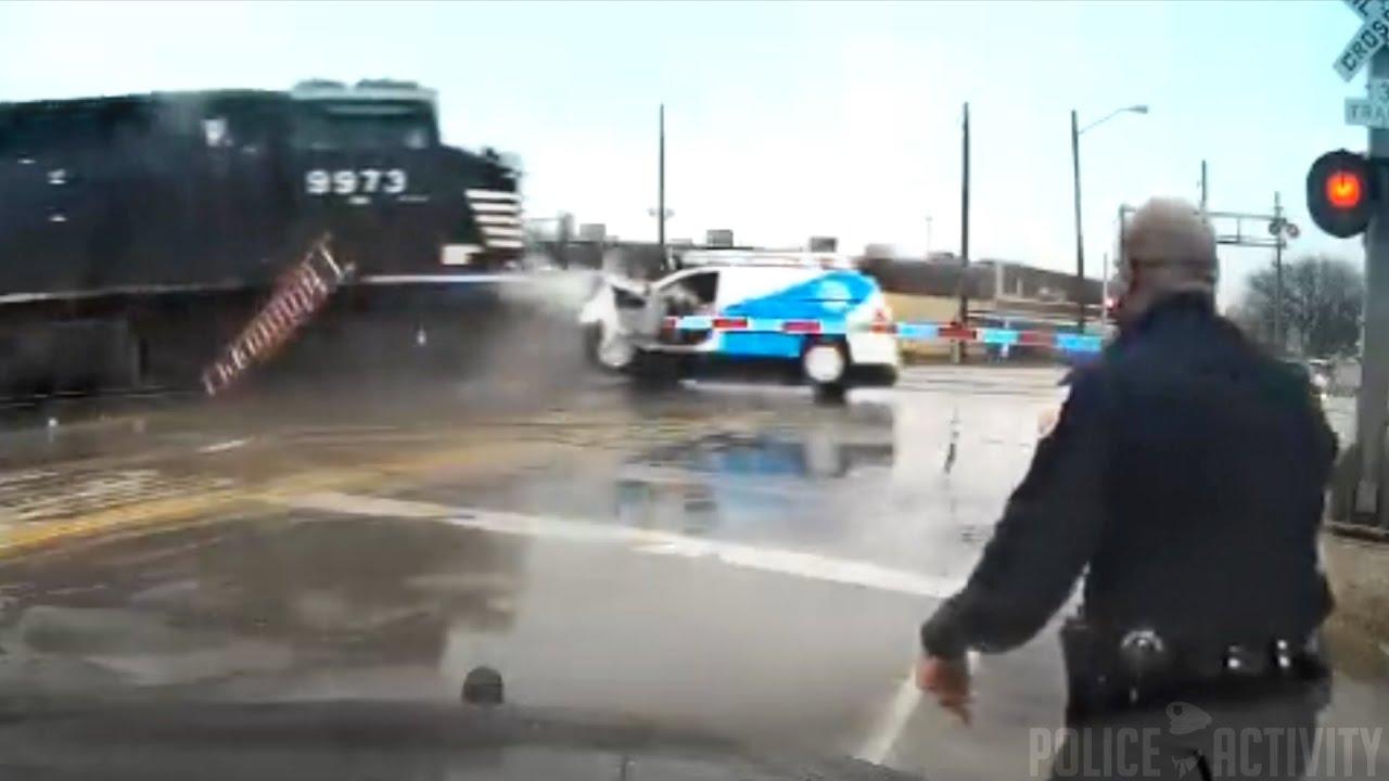 Vasúti sínen rekedt egy kocsi, a vonat már közeledett, de a sofőr még pakolgatott - videó