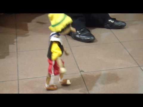 بينوكيو ماريونيت يرقص مثل مايكل جاكسون