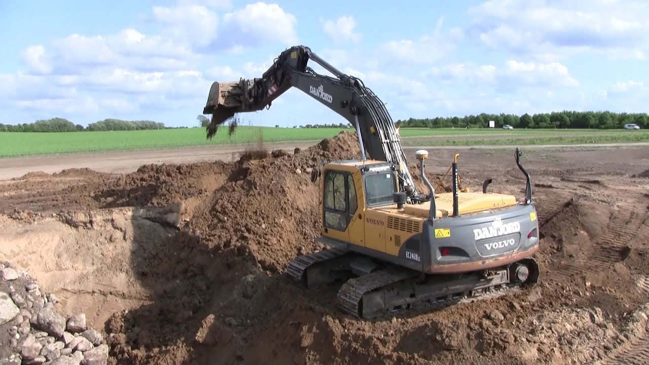 Volvo Ec240b Digging A Big Hiding Hole Youtube