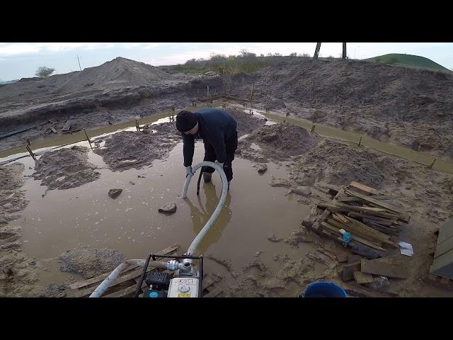 Akcja pompa i zalane budowy. Trudne warunki na placu budowy. Jak wybudować dom?