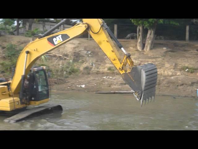 retro excabadora trabajando en el rio