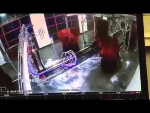 洗車機に巻き込まれてブラシとダンス!?