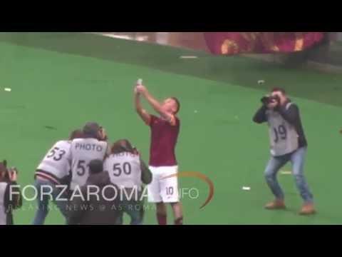 Il selfie di Francesco Totti sotto la Curva Sud [HD]
