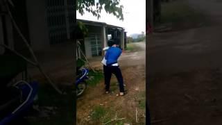 Chộm xe bạn đi còn lại đánh bạn...?