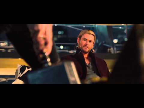 Avengers: Age of Ultron. Cả team thi nhau nhấc búa của Thor