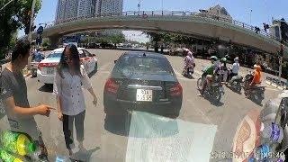 Cô gái dừng đèn đỏ để trôi xe mà còn ko biết quay ra bắt đền