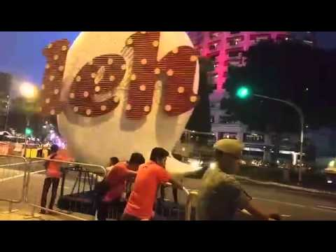 Floats of Singapore icons moving off