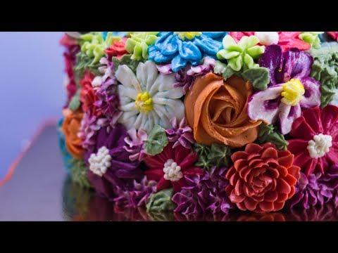 Рецепт торта Шоколадное безумие. Выравнивание торта кремом ганаш и украшение цветами.