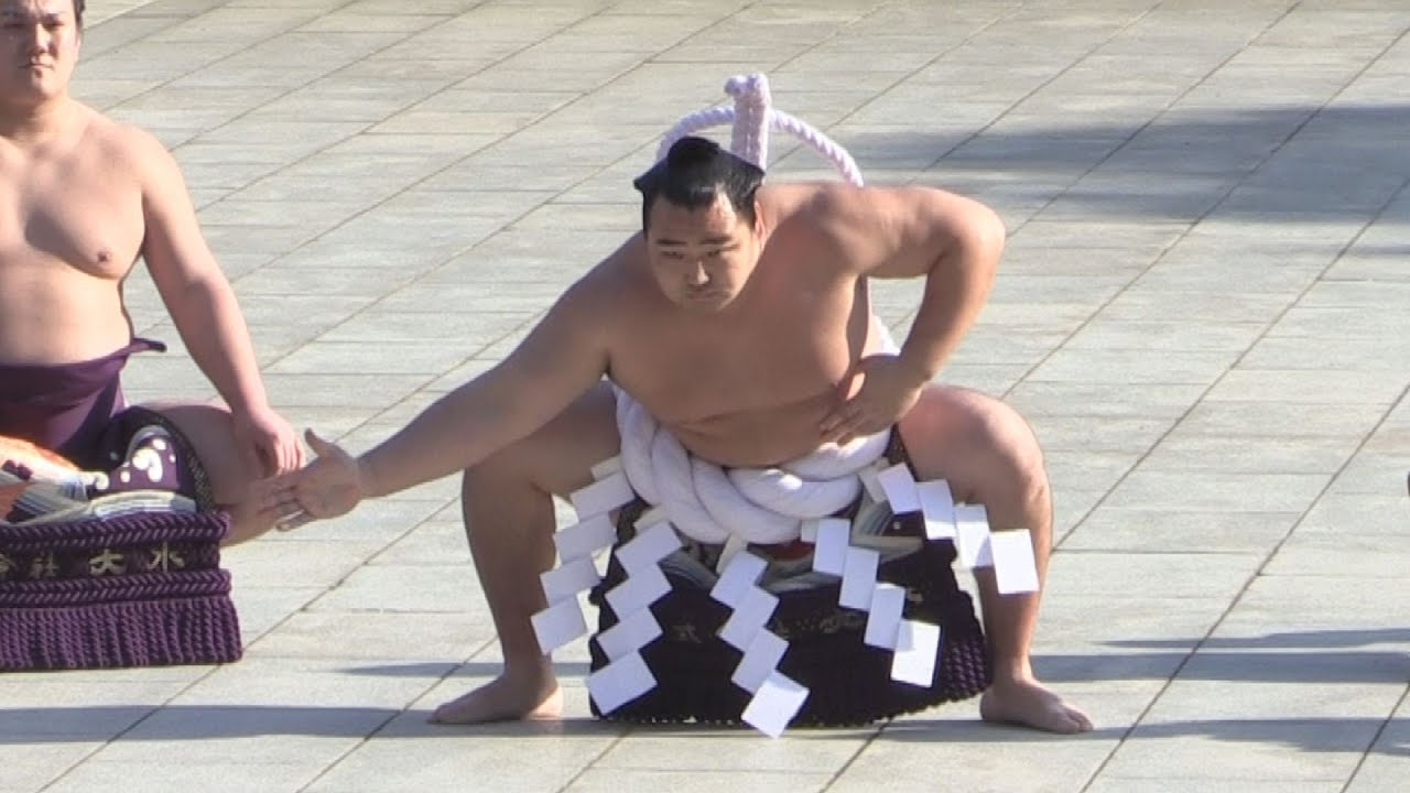 KYODO NEWS 【共同通信社】 鶴竜関が奉納土俵入り 明治神宮で雲竜型披露 - YouTu