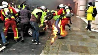 Des Gilets jaunes et des pompiers sauvent une voiture des flammes - Paris - 1 déc. 2018
