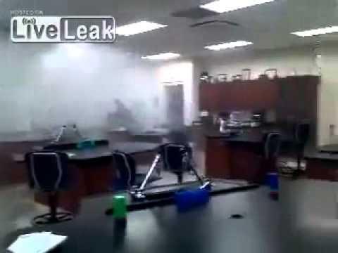Глупый фэйл преподавателя по химии во время опыта в школе