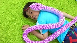 Snake creeping up pretend play ねみちゃんがヘビに!? お医者さんごっこ おゆうぎ こうくんねみちゃん