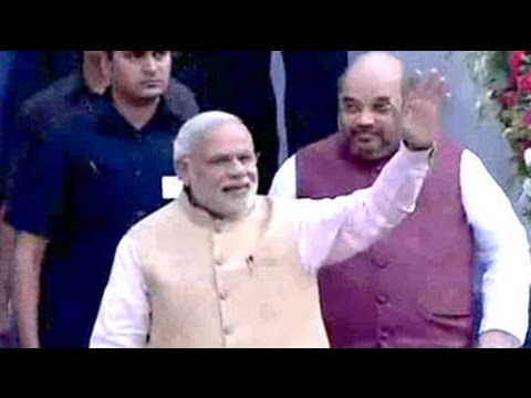 Crowds chant 'Modi Modi' as PM arrives for Fadnavis' swearing-in ceremony