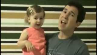 Pai e filha cantam juntos