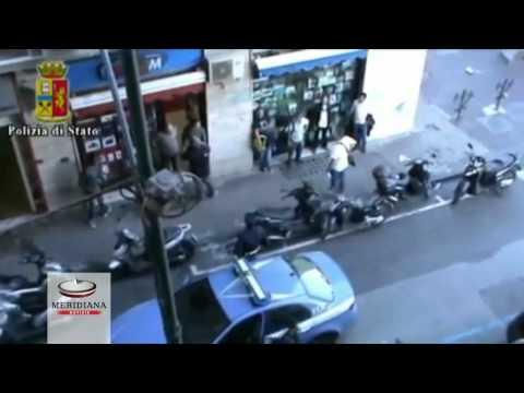 Arresti in diretta a Napoli, i ladruncoli beccati usano la tattica del