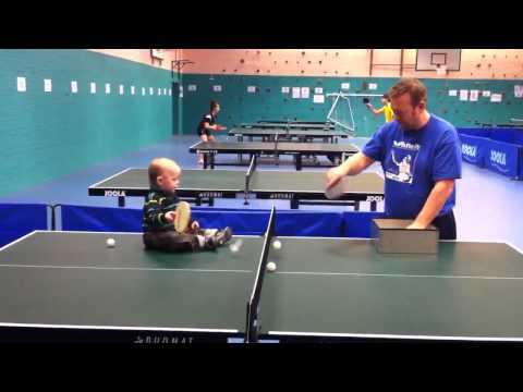 Jamie jugando tenis de mesa