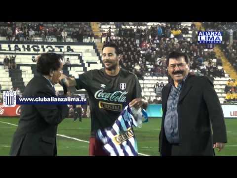 Claudio Pizarro recibió homenaje del Club Alianza Lima