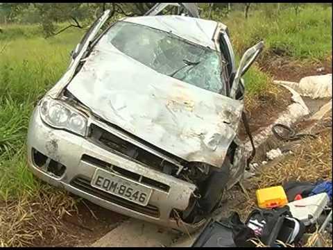 Motorista perde o controle da direção e carro capota na MGT-497