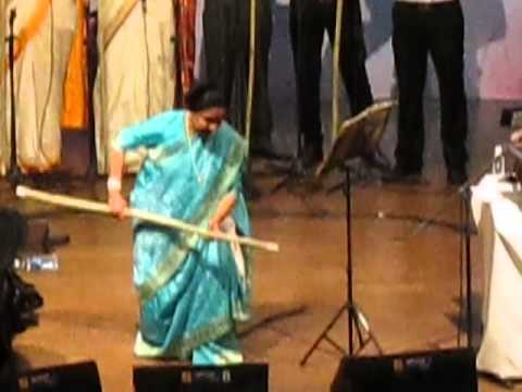 Asha Bhosale Live in Concert in Goa dancing on Marathi Song