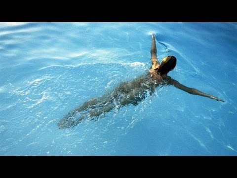 Woman Goes Skinny Dipping To Rob Guy's House!