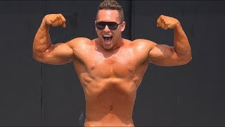 A Natural Bodybuilder at Muscle Beach