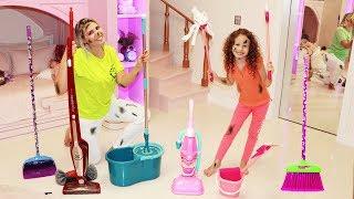 Valentina finge brincar com brinquedos de limpeza e ajuda a mamãe