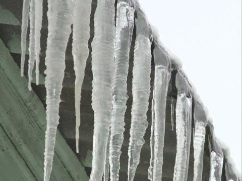 Вологжан предупреждают об опасности падения сосулек с крыш