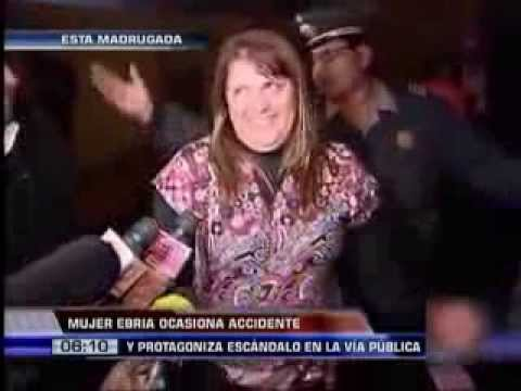 Mujer ebria ocasiona accidente y protagoniza un gran escándalo