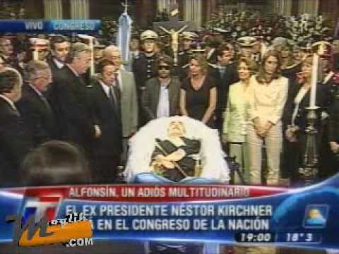Nestor Kirchner en el velatorio de Raul Alfonsin