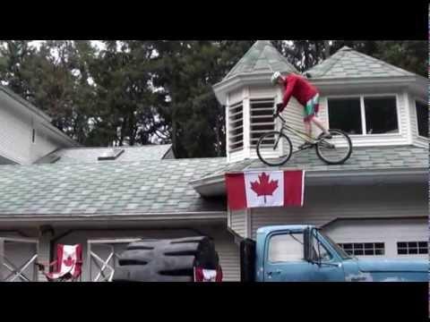 Ar velosipēdu pa mājas jumtu