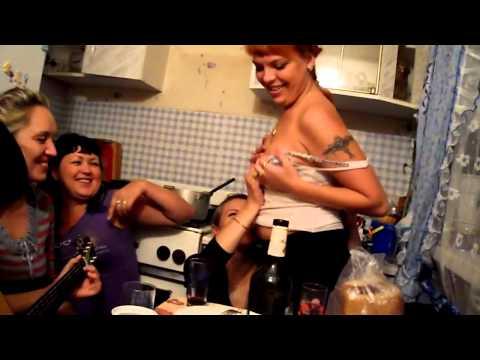 бухие тёлки танцуеют стриптиз. drunk girls dancing striptease