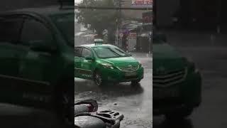 Cảm động cảnh bố mặc áo mưa cho con tật nguyền giữa đường phố