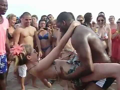 CRIOLA BEACH FESTIVAL 2012: Hot dancing Kuduru Afro-house on the beach!
