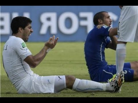 (World Cup 2014) Luis Suarez Bites Player Giorgio Chiellini - Italy vs Uruguay 2014