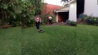 Cortando grama na casa da Véia video engraçado