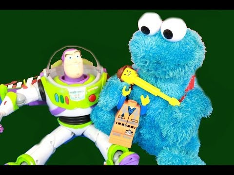 Buzz Lightyear & Cookie Monster Find Emmet from LEGO MOVIE CRIME SCENE