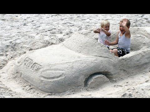 Видео детям. Строим машину из песка. Развлечения детям.