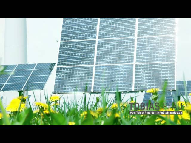 Windrad mit Solaranlage in freier Natur full HD