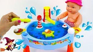 La Bebé Juega con Juguetes de Agua