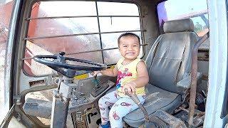 Bé Khám Phá Máy Xúc ❤ Baby explore the excavator ❤ Bé Ben