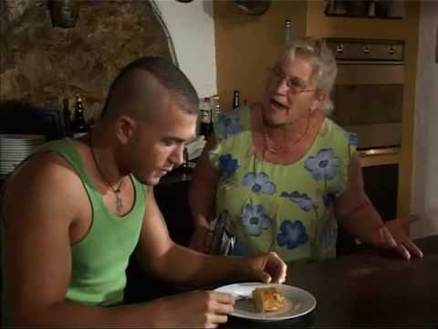 Su mamá descubre que es gay  /  His mom discovers that he is gay